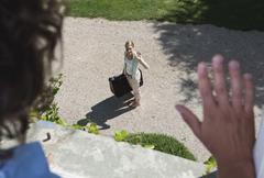 Italia, Toscana, koska nuori nainen matkatavarat hotellin ikkunasta Kuvituskuvat