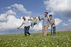 Saksassa, Baijerissa, Altenthann, Perhe pelissä yhdessä niityllä Kuvituskuvat