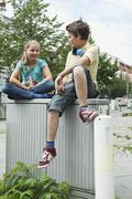 Saksa, Berliini, Poika ja tyttö istuu seinälle Kuvituskuvat