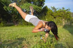 USA, Texas, Teinityttö ottaa kuvan perhonen Kuvituskuvat