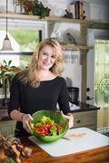 USA, Texas, Mid aikuinen nainen salaattikulho, hymyilee, potretti Kuvituskuvat