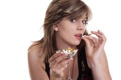 Nuori nainen pillereitä lasi, muotokuva Kuvituskuvat