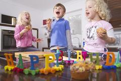 Saksa, Lasten juhlii syntymäpäiväänsä keittiössä Kuvituskuvat
