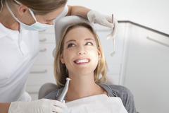 Saksa, Nuori nainen saa hänen hampaita tutkinut hammaslääkäri Kuvituskuvat