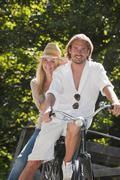 Itävalta, Salzburg, Pariskunta istuu vanha polkupyörä Kuvituskuvat