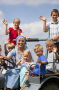 Saksassa, Baijerissa, Nainen ja lapsiryhmän istuu vanha traktori Kuvituskuvat