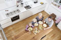Saksa, Baijeri, München, Perhe syö spagettia keittiössä Kuvituskuvat