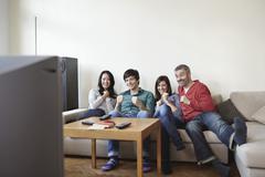 Saksassa, Kölnissä, Mies ja nainen television katselun, hymyilee Kuvituskuvat