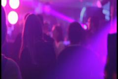 Mies ja nainen tanssii lähellä yökerho, klikkaa HD Arkistovideo