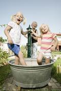 Saksassa, Baijerissa, Isoäiti lapset leikkivät vesisäiliö Kuvituskuvat