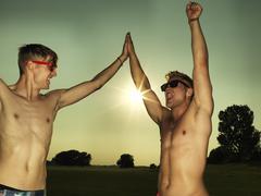 Saksa, Düsseldorf, Nuorten ystävät antaa high five, hymyilee Kuvituskuvat