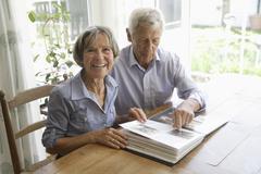 Saksassa, Baijerissa, vanhempi pariskunta valokuva-albumi, hymyilee Kuvituskuvat