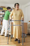 Vanhempi nainen kävelee rollaattorin Kuvituskuvat