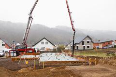 Euroopassa, Saksassa, Rheinland-Pfalz, rakennusalan työntekijät täyttämällä beto Kuvituskuvat