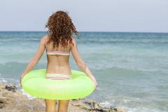 Espanja, Tyttö uimaan rengas rannalla Kuvituskuvat