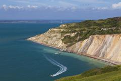 England, Isle of Wight, View of Alum Bay and chalk cliff at The Needles Stock Photos