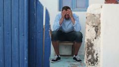 Surullinen mies istuu vanha koti HD Arkistovideo