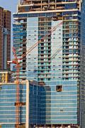Lähikuva pilvenpiirtäjä toimistotalo rakenteilla Bangkokissa Thaimaassa Kuvituskuvat
