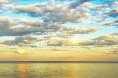 Kauneus maisema auringonnousun yli meren Kuvituskuvat