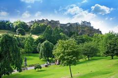 Princes street gardens and edinburgh castle, scotland Stock Photos