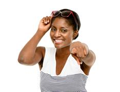 Onnellinen afrikkalainen amerikkalainen nainen osoittaa eristetty valkoisella po Kuvituskuvat