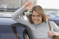 Nainen, jolla avaimet uuden auton Kuvituskuvat