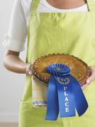 Nainen tilalla palkinnon voittaneen piirakka Kuvituskuvat
