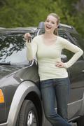 Nuori nainen seisoo hänen uusi auto Kuvituskuvat