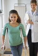 Potilaan kävely kainalosauvoilla Kuvituskuvat