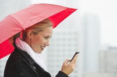 Nainen kutoma sateisena päivänä Kuvituskuvat