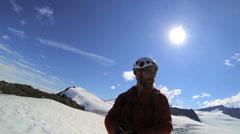 Peak kiipeilijä kuvaamisen vista maisema sosiaalisen median Alaska, USA Arkistovideo