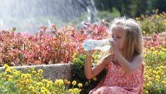 Janoinen Little Girl in Park, Lapset juomavesi on kuuma kesä päivä, lapset Arkistovideo