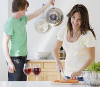 Pari valmistat ruokaa keittiössä Kuvituskuvat