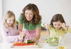 Äiti ja tyttäret ruoanvalmistukseen Kuvituskuvat