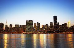 New Yorkin horisonttiin pitkin vettä yöllä Kuvituskuvat