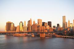 USA, New Yorkin osavaltiossa, New Yorkissa, Brooklyn Bridge ja Manhattanin silue Kuvituskuvat