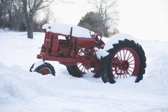 USA, New York, Cutchoge, vanha traktori lumen peitossa Kuvituskuvat