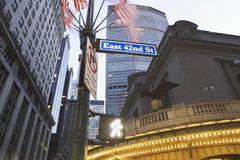 USA, New Yorkin osavaltiossa, New York City, pieni kuvakulman 42nd Street nimen Kuvituskuvat