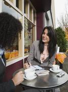 Businesswomen kokoontuneet ulkoilmakahvilassa Kuvituskuvat