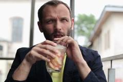 Nuori mies juo cocktail bar NTSC Arkistovideo