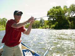 USA, Colorado, Man perhokalastus veneestä Kuvituskuvat