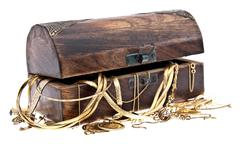 Treasure box with old jewelry Stock Photos