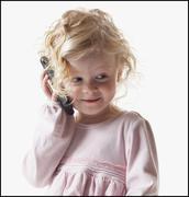 Nuori tyttö leikkii kännykkä Kuvituskuvat