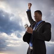 Happy liikemies tilalla matkapuhelin Kuvituskuvat