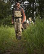 Fly Fisherman kävelee polkua Kuvituskuvat