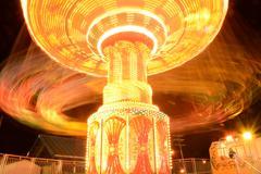 Huvipuisto ratsastaa yöllä värikkäitä pitkän altistuksen Kuvituskuvat