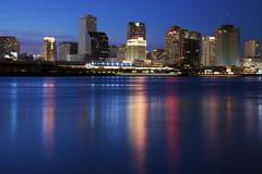 USA, Louisiana, New Orleans, Mississippi-joen ja pilvenpiirtäjiä valaistu yöllä Kuvituskuvat