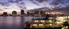 USA, Louisiana, New Orleans, Ferry Mississippi-joen kaupungin siluettia Kuvituskuvat