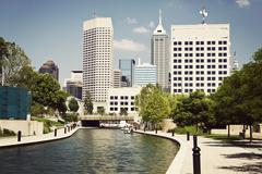 Yhdysvallat, Indiana, Indianapolis, näkymä kanavan ja pilvenpiirtäjiä Kuvituskuvat