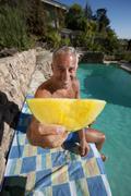 Yhdysvallat, California, Oakland, vanhempi mies rentouttava uima-allas Kuvituskuvat